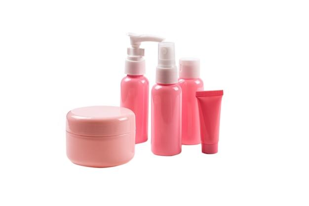 Roze plastic flessen voor hygiëneproducten, cosmetica, hygiëneproducten op een wit.