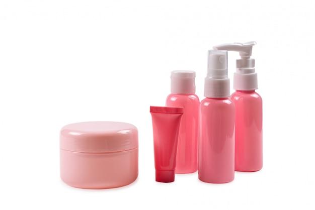 Roze plastic flessen voor hygiëneproducten, cosmetica, hygiëneproducten op een witte achtergrond. kopieer ruimte.