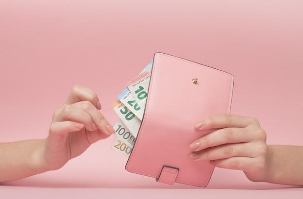 Roze portemonnee met euromunt