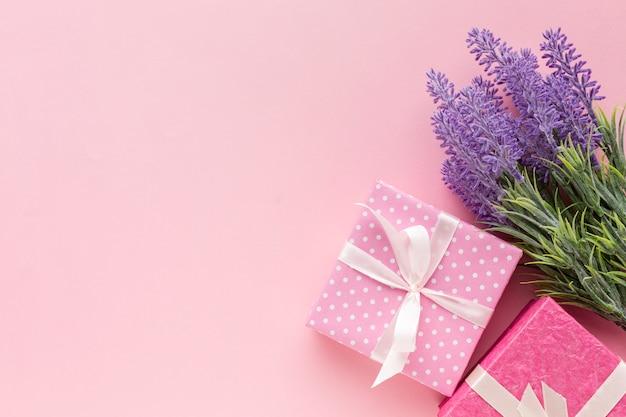 Roze presenteert met lavendel en kopie ruimte