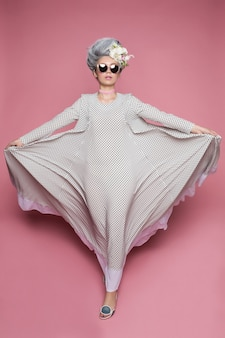Roze prinsesmeisje dat en zich met kleding bevindt vliegt,