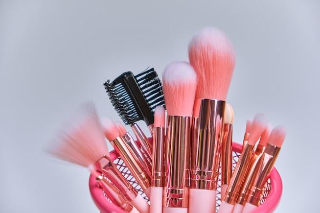 Roze professionele cosmetica en make-up kwasten in een roze doos