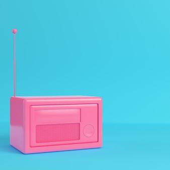 Roze retro gestileerde radio op heldere blauwe achtergrond