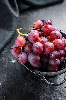 Roze rijpe druiven in een vergiet. bovenaanzicht