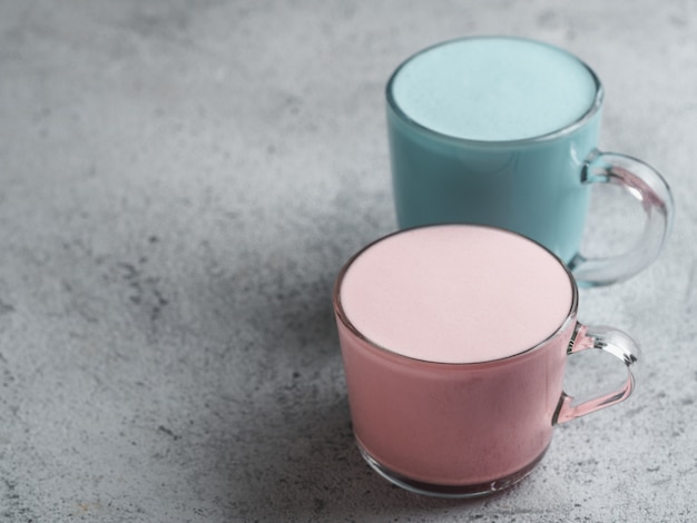 Roze rode biet en blauwe spirulina latte