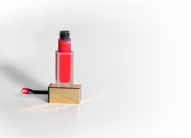 Roze rode vloeibare lippenstift tube op een witte achtergrond met copyspace