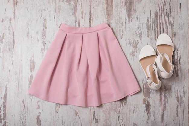 Roze rok en witte schoenen. bovenaanzicht