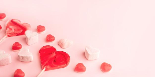 Roze romantische hartvormige zoete snoepjes. decoratieve achtergrond voor st. valentijnsdag