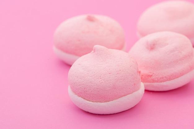 Roze ronde vormkoekjes op een roze achtergrond