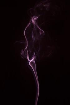 Roze rook over de zwarte achtergrond
