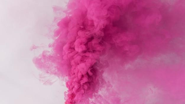 Roze rookeffect op een wit behang