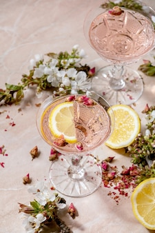 Roze roos champagne of limonade