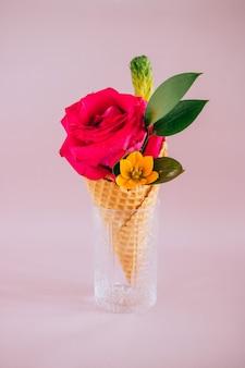 Roze roos in ijs op roze, kopie ruimte