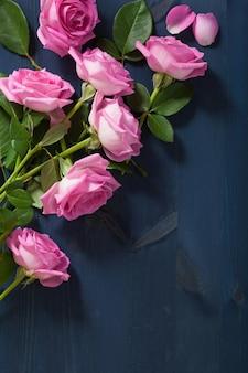 Roze roze bloemen op donkerblauwe achtergrond