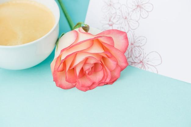 Roze rozen, bloemen, cadeau op tafel