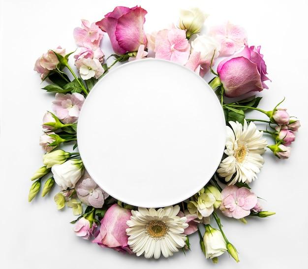 Roze rozen en bloemen in ronde frame