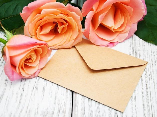 Roze rozen en envelop