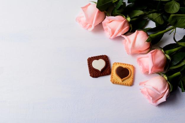 Roze rozen en koekjes