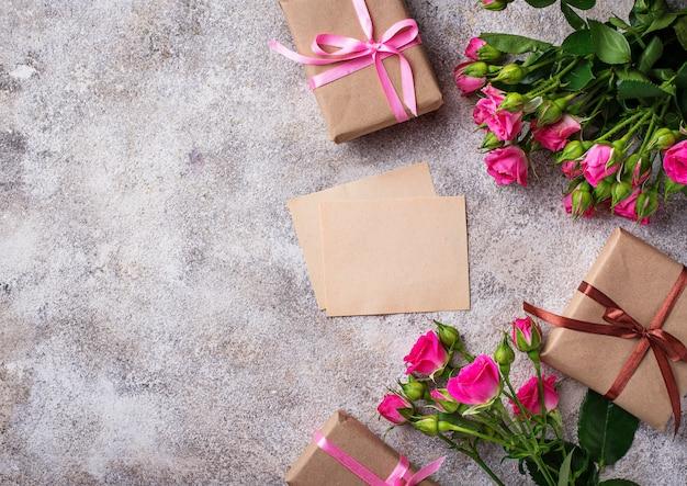 Roze rozen, geschenkdozen en wenskaart