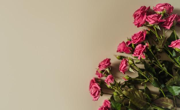Roze rozen in een vaas