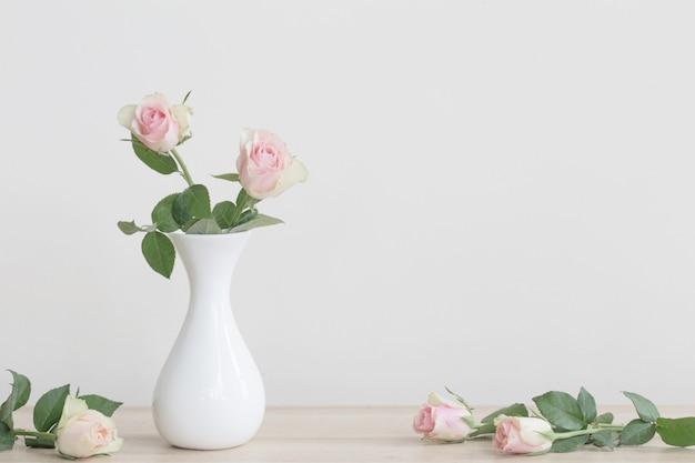 Roze rozen in vaas op wit