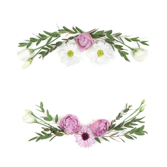 Roze rozen op een witte achtergrond. plat liggen. frame krans