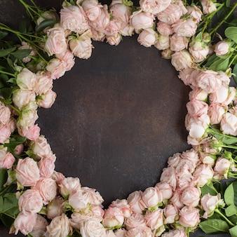 Roze rozen op het tafelblad bekijken