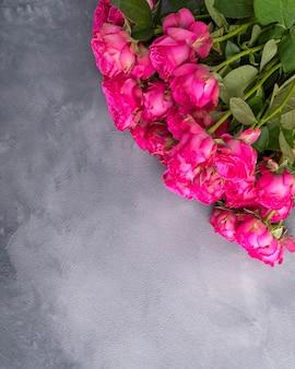 Roze rozen over grijze achtergrond