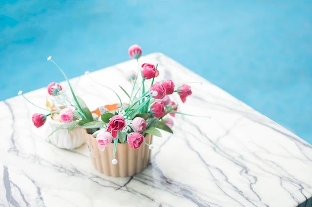 Roze rozen zacht op marmeren tafel voor huisdecoratie.