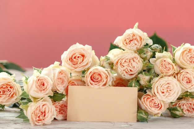 Roze rozenbloemen met ag voor tekst op roze