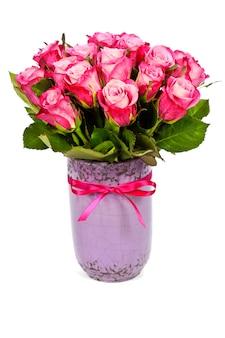 Roze rozenboeket in een vaas