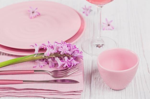 Roze rustieke tafel met paarse hyacintbloemen Premium Foto