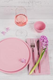 Roze rustieke tafel met paarse hyacintbloemen