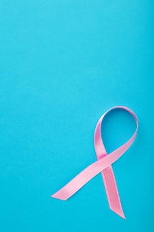 Roze satijnen lint in de vorm van de voorlichtingssymbool van borstkanker
