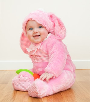 Roze schattige baby in kostuum paashaas