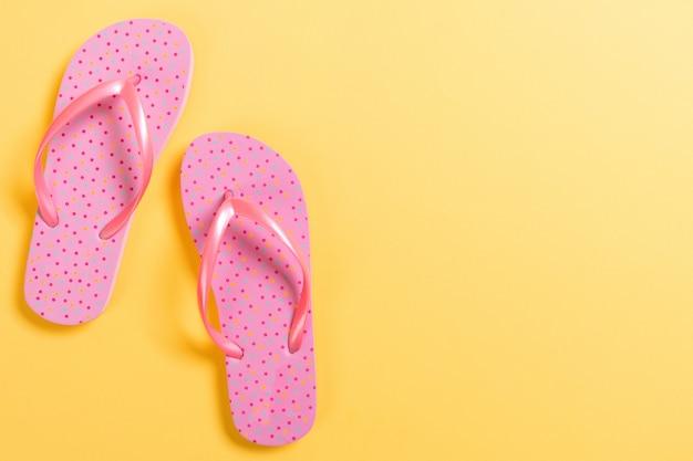 Roze slippers op geel