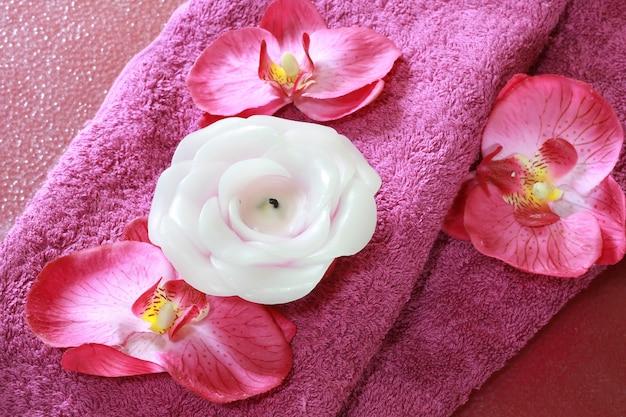 Roze spa-voorwerp met kaars