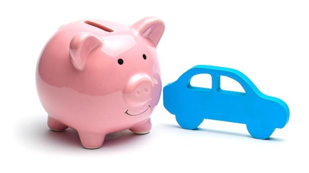 Roze spaarvarken en blauwe auto geïsoleerd
