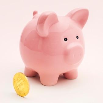 Roze spaarvarken met een bitcoin