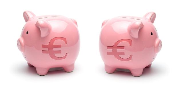 Roze spaarvarken met eurosymbool geïsoleerd op een wit oppervlak. concept hoe u geld kunt besparen.