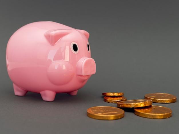 Roze spaarvarken met gouden munten