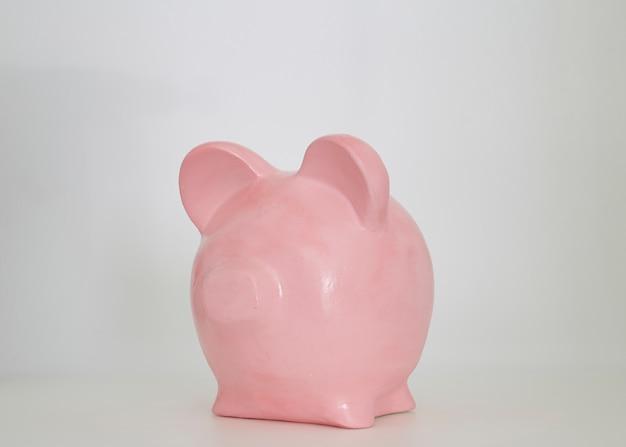 Roze spaarvarken op een witte achtergrond