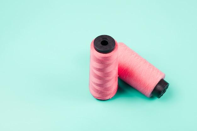Roze spoelen op muntachtergrond