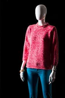Roze sweatshirt en turquoise broek. mannequin in broek en sweatshirt. kleurrijke lente outfit voor meisjes. enorme kortingen bij modewinkel.