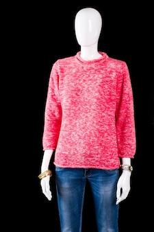 Roze sweatshirt met blauwe jeans. mannequin dragen sweatshirt en jeans. kleurrijke kleding en nieuwe accessoires. lente outfit idee voor meisjes.