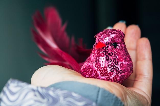 Roze textielvogel met een lichaam bedekt met een net en glitters