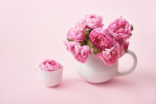 Roze theerozen. kopieer ruimte. wenskaart