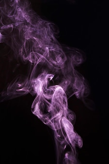 Roze transparante piekerige rook op zwarte achtergrond