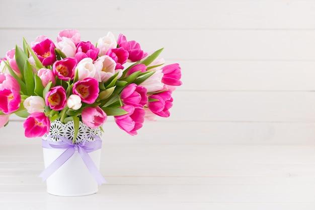 Roze tulp op het wit