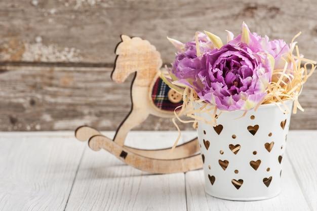 Roze tulpen en hobbelpaard
